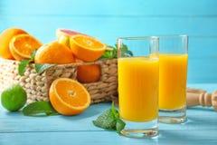与杯的构成新鲜的汁液和柑橘水果 库存图片