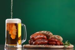与杯的烤香肠啤酒 免版税库存图片