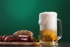 与杯的烤香肠啤酒 免版税图库摄影
