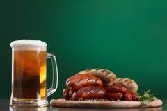 与杯的烤香肠啤酒 库存图片