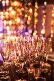 与杯的除夕欢乐庆祝模糊的背景香槟 葡萄酒金烟花和bokeh在新 库存图片