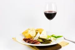 与杯的Salssicia红葡萄酒 免版税图库摄影