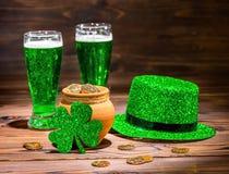 与杯的St Patricks天绿色啤酒,叶子三叶草, leprech 库存图片