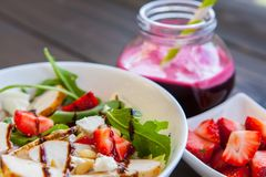 与松果、芝麻菜和鸡的草莓沙拉 甜菜新鲜的汁 健康和健身食物 免版税库存图片