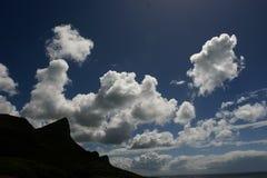 与松的云彩天花板的一座现出轮廓的山 免版税库存图片