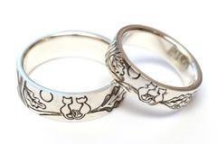 与板刻的银色定婚戒指根据作者` s剪影 库存图片
