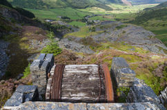 与板岩采石场的Cwm Penmachno,斜面鼓房子 免版税库存照片