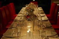 与板材、花和酒杯的装饰的桌 免版税图库摄影