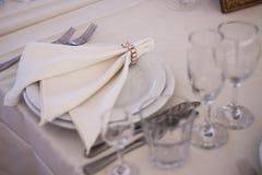 与板材刀子和叉子的餐位餐具 库存图片