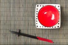与板材的两双筷子 免版税库存照片