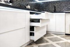 与板材的抽屉在一个现代厨房里 免版税库存照片