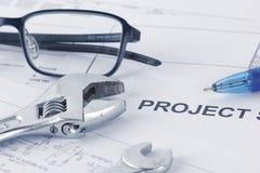 与板钳的工程学项目画的文件,镜片,笔 免版税库存照片