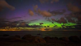 与极光borealis的美丽的繁星之夜天空 免版税库存图片