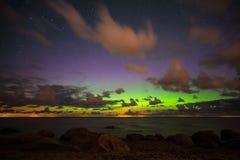 与极光borealis的美丽的繁星之夜天空 库存照片