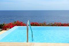 与极可意浴缸的无限海运视图游泳池 库存照片