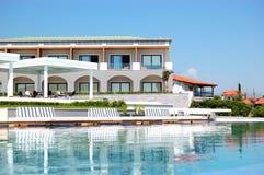 与极可意浴缸的游泳池由海滩在现代豪华旅馆 免版税库存照片