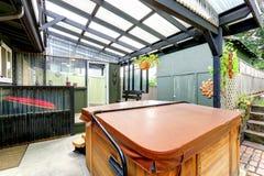 与极可意浴缸的被盖的荫径 免版税库存照片