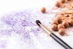 与构成刷子的紫色和裸体化妆粉末 免版税图库摄影