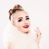 与构成微笑的美好的白肤金发的妇女时装模特儿 免版税库存照片