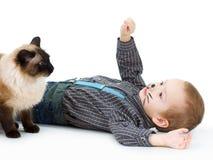 与构成的猫和男孩孩子 幽默,乐趣,愉快的童年 免版税库存图片