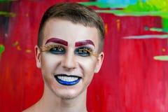 与构成的英俊的年轻人时装模特儿 免版税库存图片