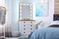 与构成镜子,梳妆台的室内部 库存图片