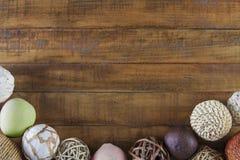 与构筑土气木桌的天然纤维装饰品的秋天背景 库存图片