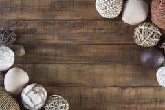 与构筑土气木桌的天然纤维装饰品的秋天背景 免版税图库摄影