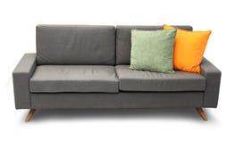 与枕头的方便的长沙发 免版税库存照片