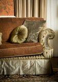 与枕头的长沙发 免版税图库摄影
