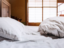 与枕头蒲团日本式室backgr的床单床垫 免版税库存照片