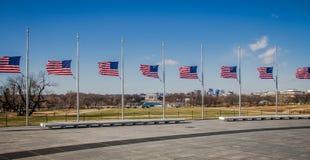 与林肯纪念堂的美国国旗在背景-华盛顿, D C ,美国 免版税库存图片