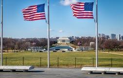 与林肯纪念堂的美国国旗在背景-华盛顿, D C ,美国 免版税图库摄影