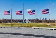 与林肯纪念堂的美国国旗在背景-华盛顿, D C ,美国 库存照片