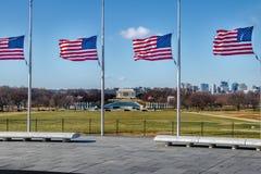 与林肯纪念堂的美国国旗在背景-华盛顿, D C ,美国 免版税库存照片
