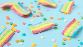 与果冻和糖样式的糖果 五颜六色的一些不同的childs甜点和款待 明亮的党背景 图库摄影