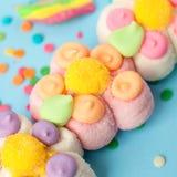 与果冻和糖样式的糖果 五颜六色的一些不同的childs甜点和款待 明亮的党背景 免版税库存照片