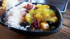 与果冻豆沙和地瓜的台湾点心被刮的冰 免版税库存照片