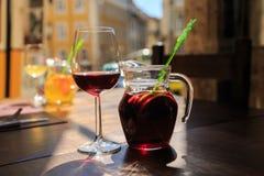 与果子成份的Sanrgiya在蒸馏瓶 滴下在玻璃 免版税库存照片