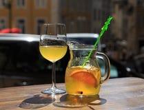 与果子成份的Sanrgiya在蒸馏瓶 滴下在玻璃 免版税库存图片