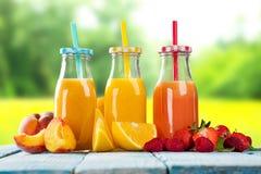 与果子混合的新鲜的汁液在木桌上 库存图片