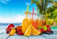 与果子混合的新鲜的汁液在海滩 库存图片