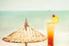 与果子装饰的长岛鸡尾酒在热带海滩 免版税库存图片