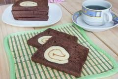 与果酱卷蛋糕的切的巧克力面包 免版税库存照片