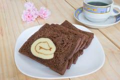 与果酱卷蛋糕的切的巧克力面包 库存图片