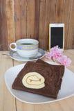 与果酱卷蛋糕的切的巧克力面包 免版税图库摄影