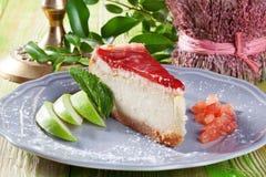 与果冻和草莓切片的乳酪蛋糕在a 库存图片