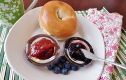 与果冻和蓝莓的百吉卷 免版税图库摄影