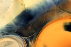 与果冻球、泡影和光的抽象水下的比赛 免版税库存照片