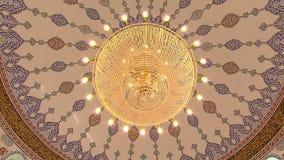 与枝形吊灯的清真寺内部 股票视频